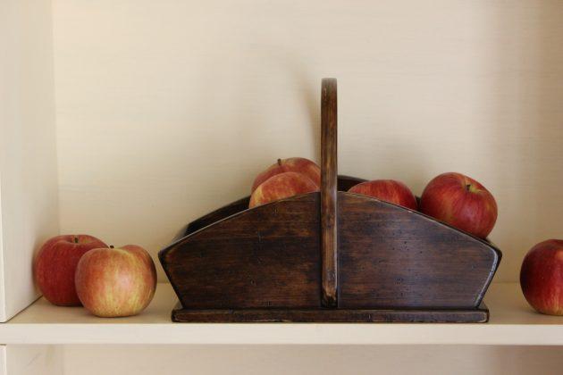 林檎を入れたバスケット